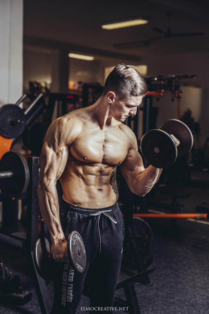 Fitness portret muza v posilovni